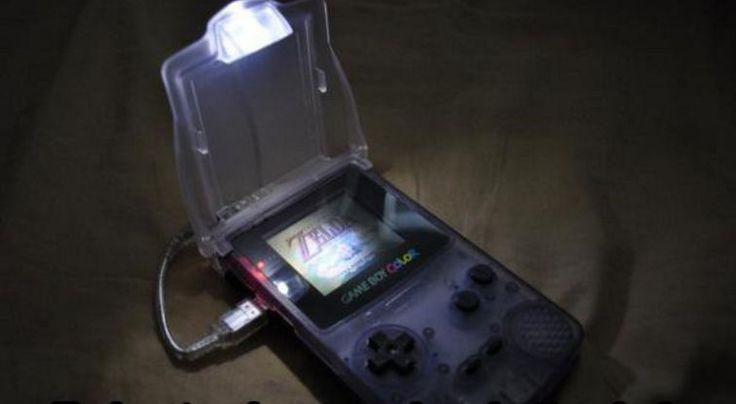 War das nicht nervig in den 90ern? Deine Eltern haben bei dir im Zimmer das Licht ausgemacht, du wolltest aber noch weiter  Zelda auf deinem Game Boy spielen, ohne, dass deine Eltern was merken. Damals hatten die Game Boys leider noch keinen hellen Bildschirm. | unfassbar.es