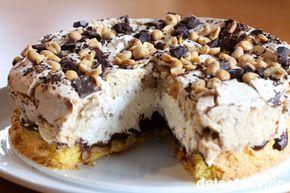 """""""Himmelsk marengskake"""" er en av de absolutt aller beste kakene jeg noensinne har smakt - og det sier ikke så rent lite...! Da mannen min testet kaken kom han til samme konklusjon, og vi snakker her om en usedvanlig kritisk og ikke minst erfaren kakesmakstester... """"Himmelsk marengskake"""" består av en myk kakebunn som dekkes med en helt utrolig god sjokoladekrem. Oppå der har man et tykt lag luftig pisket krem. Den øverste kakebunnen består av en marengsbunn som er laget med brunt sukker. ..."""
