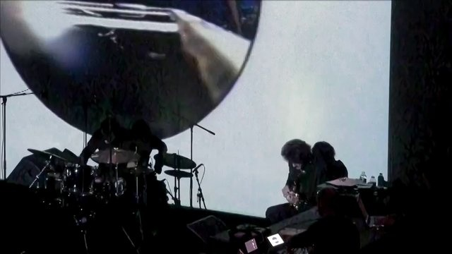 """Captation du concert de Richard Pinhas durant la manifestation """"Roulements de Tambour"""" le 8 février 2011 à Rennes.  Richard Pinhas est accompagné de :  - Antoine Paganotti (batterie)  - Jérome Schmidt (Computer and Analytic Loops)  - Milosh Luczynski (projections)    Captation par Godefroy de Maupeou - www.djinnprod.com  avec trois caméras :  - 1 Sony HDV HD1000E  - 2 Sony HXR MC50E  Montage sous FCPX"""