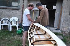 Benno und Nikola bauen an der #FleetherMühle einen bedeckten Einsitzer #kanubau