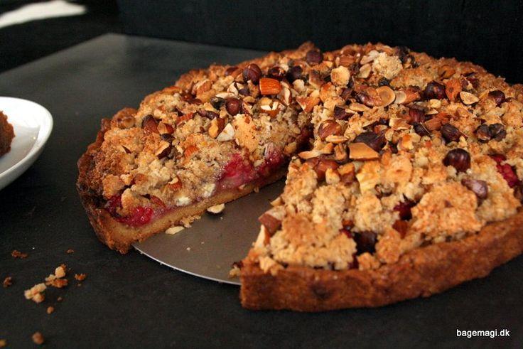 Skøn crumblekage med mørdejsbund, hindbærfyld og crumbletop - skøn varm og dagene efter som en kold lækker konfektagtig kage - uhm, sommeres yndlingskage..?