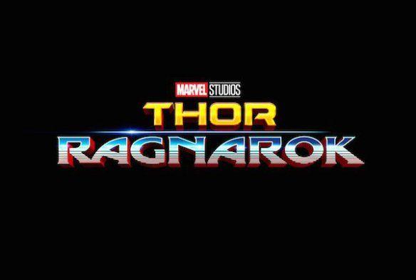Dopo le foto pubblicate su Entertainment Weekly con il cast di Thor: Ragnarok, in molti si sono sorpresi del nuovo look di Chris Hemsworth alias Thor, privo di lunghi capelli e senza il suo potente martello. La risposta a questo cambio d'immagine arriva sempre da Entertainment Weekly che ha svelato alcuni dettagli della trama di Thor: Ragnarok,ma vi consigliamo di non leggere oltre se non volete avere alcuna anticipazione.  Dopo gli eventi raccontati in Avengers: Age of Ultron, Thor è s...