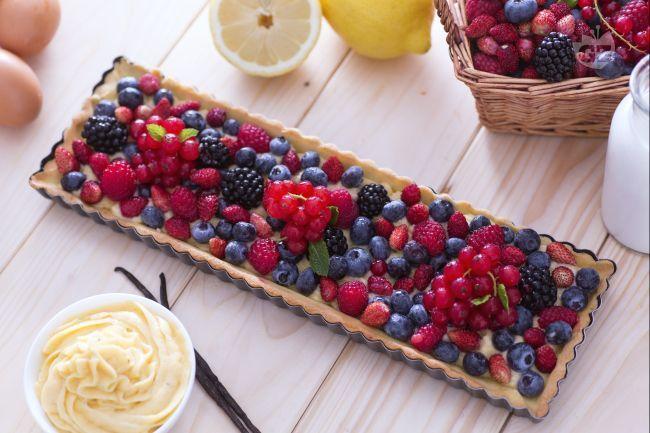 La crostata ai frutti di bosco è un dolce dessert con una base di pasta frolla ripiena con crema pasticcera e  arricchita da frutti di bosco e menta.