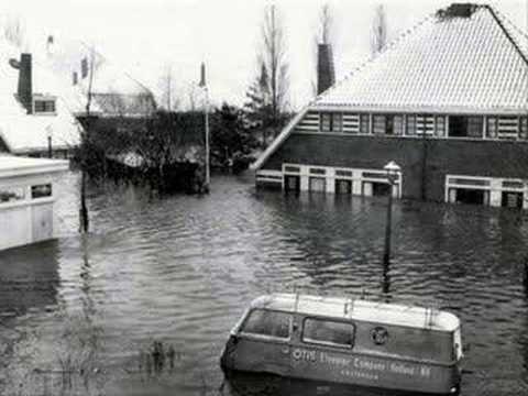 In de nacht van 13 op 14 januari 1960 brak de dijk waardoor Tuindorp Oostzaan gewoonlijk beschermd werd. Een gat van 40 m liet het water door. Uiteindelijk stond het water zo hoog dat de bewoners geëvacueerd moesten worden. Onmiddellijk na de doorbraak verlaagde RW in IJmuiden via spuien het waterpeil in het Noordzeekanaal met 60 cm, het maximaal mogelijke. Verwacht werd dat het 4 à 5 dagen duren zou voor de 8 mln m2 water verdwenen zou zijn.