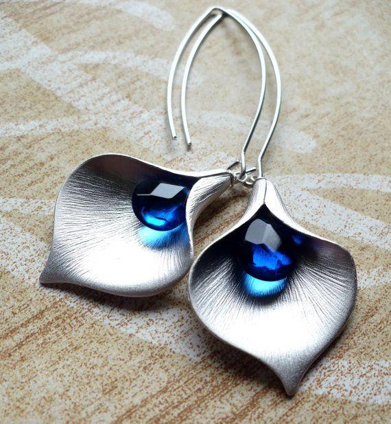 Blue Calla Lily Earrings van moderntrinkets op Etsy
