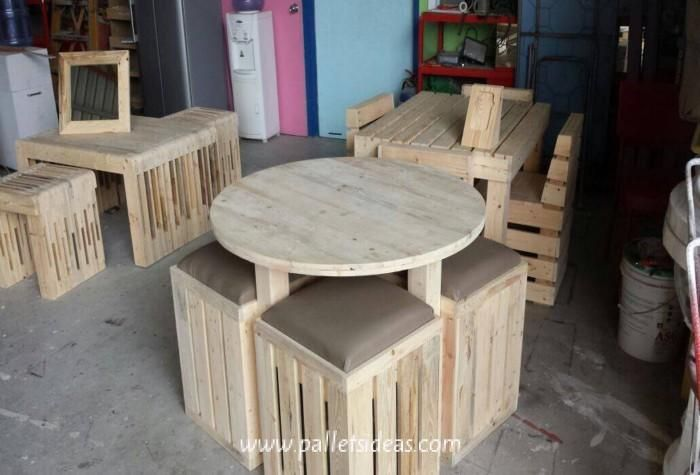Pallets-Round-Table-with-Stools.jpg (700×475)