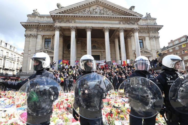 """Des militants nationalistes ont été dispersés par la police à Bruxelles alors qu'ils manifestaient sur la place transformée en mémorial. La police antiémeute a fait usage de canons à eau pour tenter de disperser 200 manifestants nationalistes qui ont fait irruption dimanche sur la place de Bruxelles transformée en mémorial après les attentats meurtriers de mardi a constaté un journaliste de l'AFP. """"On est des hooligans"""" """"on est chez nous"""" ont lancé ces manifestants vêtus de noir sur la place…"""