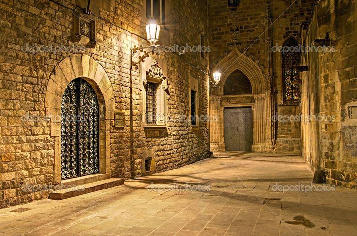 Γοτθική συνοικία, Βαρκελώνη, Ισπανία - νυχτερινή λωρίδα πίσω από τον γοτθικό καθεδρικό ναό