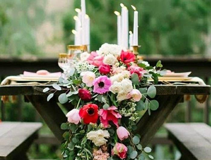 chemin-de-table-de-fleurs-décoration-de-mariage-bougies-blanches-fleurs