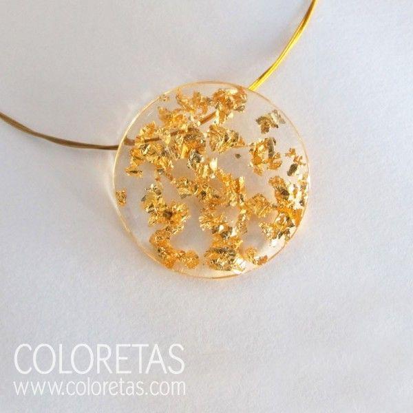 Golden Flakes pendant with  golden steel chain and  sterling silver clasp - Colgante chispas con cadena de acero dorado.