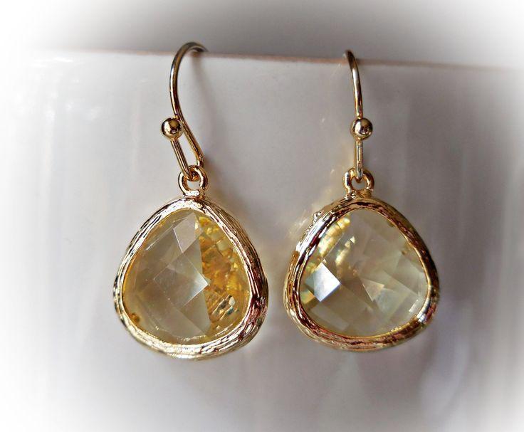 Lichtgeel topaas gouden oorbellen geel citrien glas goud vergulde oorhangers kleine oor hangers elegante bruiloft juwelen juweel handgemaakt door karmelidesigns op Etsy https://www.etsy.com/nl/listing/162858245/lichtgeel-topaas-gouden-oorbellen-geel