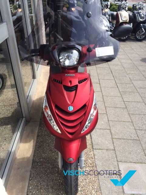 Piaggio Zip 4T mat candy rood. Scooter is nu exclusief leverbaar bij Vischscooters in Barneveld! www.vischscooters.nl