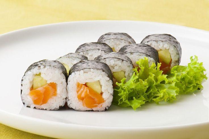 Jedzenie sushi nie powinno wiązać się ze stresującym historycznym rytuałem, lecz ze wspaniałymi doznaniami kulinarnymi. Dla osób, które lubią i dobrze bawią się podczas jedzenia sushi wystarczą grzeczne maniery. Dla tych natomiast, którzy zwracają uwagę na każdy detal i zazwyczaj znajdują się w formalnych sytuacjach podczas jedzenia sushi, warto zapoznać się z kilkoma zasadami. Tradycja …