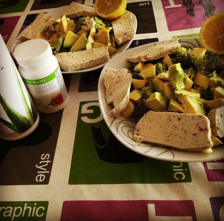 Hora de comer! Un combinado #Vegano 100%: #Brócoli, #Aguacate, #Manzana y #Tofu fresco a la Italiana y Finas Hierbas... todo bien aliñado con aceite virgen extra de oliva, limón y un poquito de #sal del #himalaya  Para beber: #Agua a la que añadimos La Bebida Herbal #Aloe sabor #Mango  Un #plato fácil y rápido de preparar además de #saludable y rico en #nutrientes.  #recetas #veganos #vegetarianos #vegan #tarraco #tarragona #creixell #vendrell
