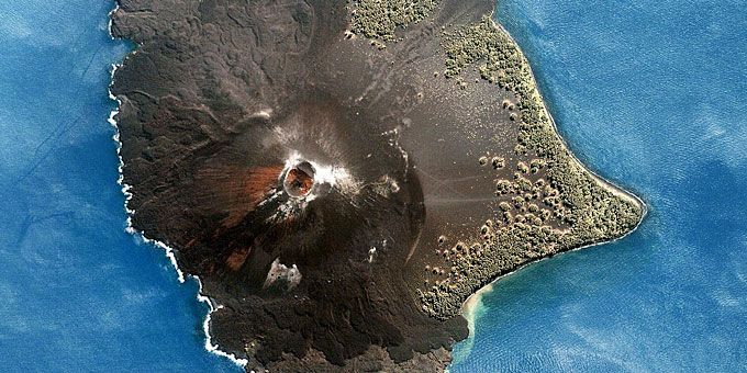 Η απίστευτη ομορφιά της Γης… από ψηλά! Το ηφαιστειογενές νησάκι της Κρακατόα, με εμφανή τα σημάδια λάβας και στάχτης
