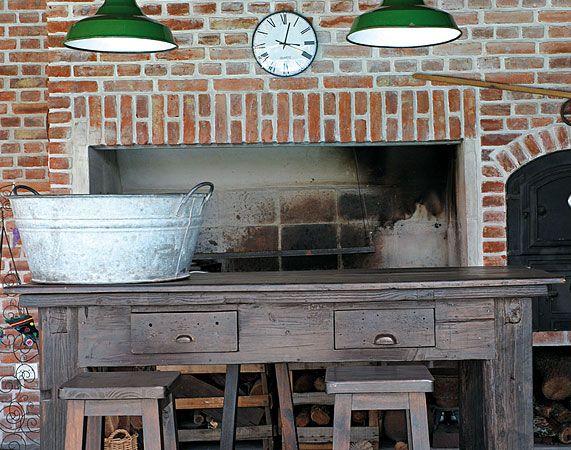 Para el sector de parrilla y horno de barro del quincho se eligieron durmientes de vía, columnas de quebracho y hierro como