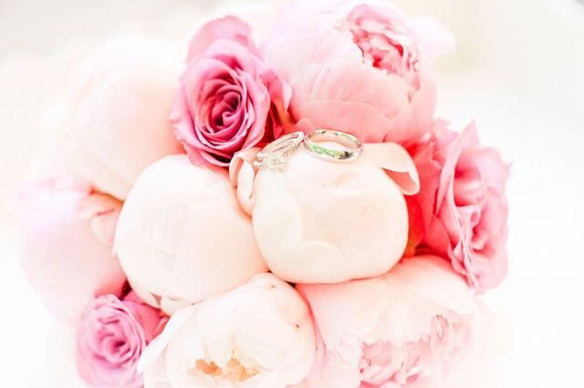 Display the rings in your #bouquet! #wedding #weddingbouquet #peony #rings #bruidsboeket #trouwringen #pioen Trouwen in Het Oude Slot in Heemstede | ThePerfectWedding.nl | Photography: Lato Photography