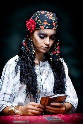 Piscianos gostam de estudar as cartas do Tarot, e por vezes arriscam-se em abri-las para alguns poucos e seletos amigos. portrait of a gypsy fortune teller