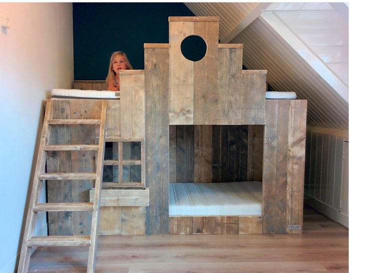 speel stapelbed met trapgevel van gebruikt steigerhout van muramura.nl