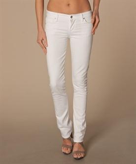 zware dijen  niet: getailleerde jasjes en smalle aanpassende blouse/topjes, geen smalle/strakke rokken/lange broeken. Vermijd lichte kleuren, geen stugge/zware stoffen. Weinig of geen bedrukkingen in stof