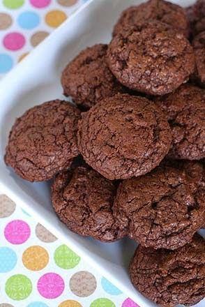 Ingredientes 500 g de chocolate em barra 125 g de manteiga sem sal e amolecida 75 g de açúcar mascavo 50 g de açúcar comum 150 g de farinh...