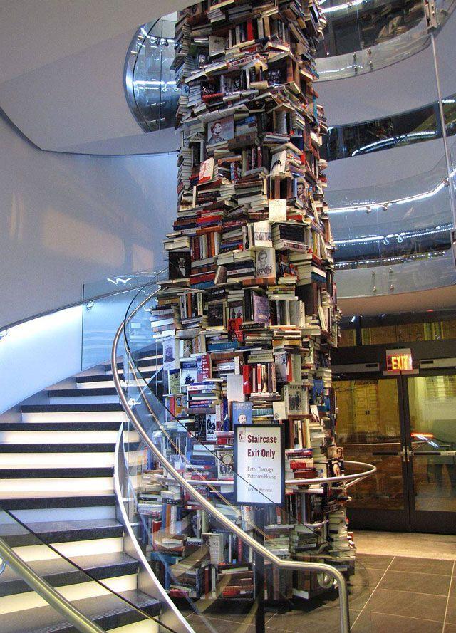 リンカーンに関する文献15,000冊を積み重ねて出来たタワー