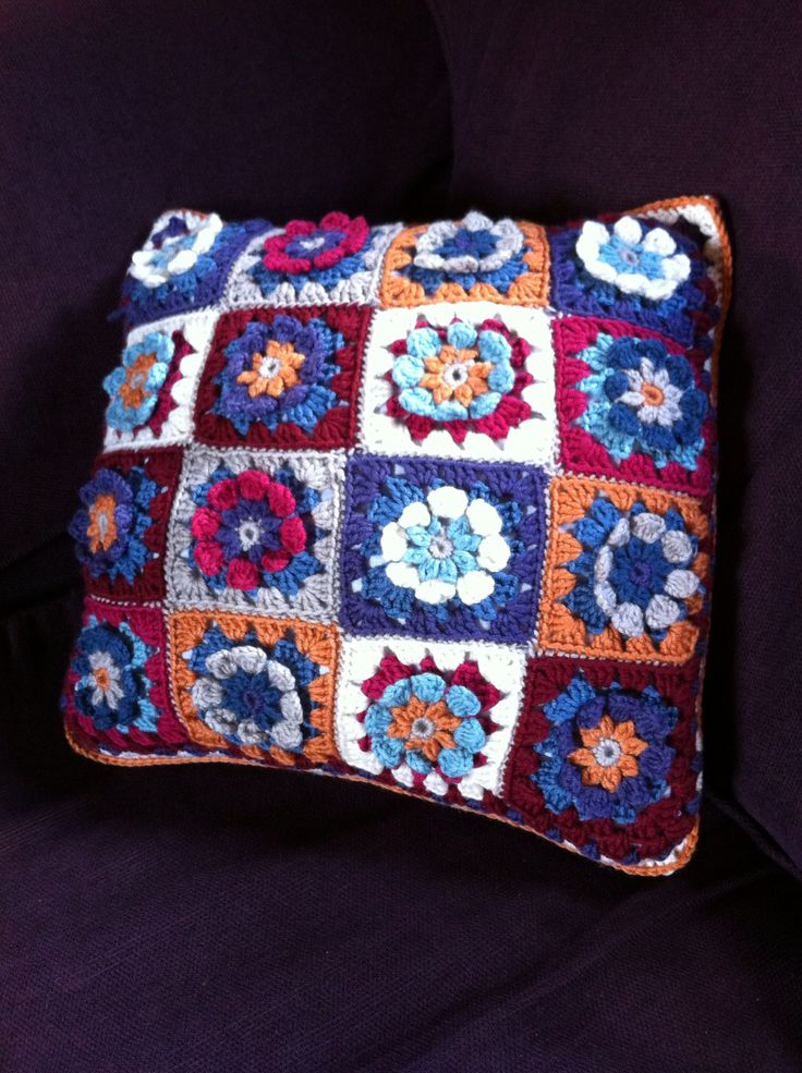 My crocheted flower cushion...