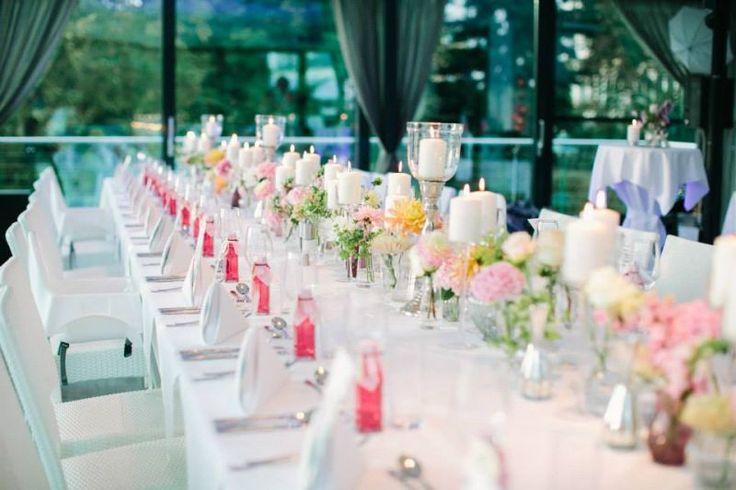 Centerpiece Dahlien in weiss rosa und gelb mit pinken Gastgeschenken. Floristik: Christian Platzner. Foto: Henry Welisch