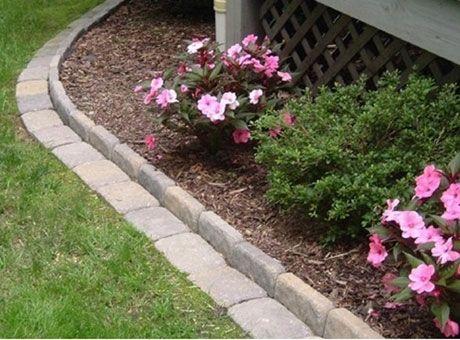 7 snygga och praktiska kanter | Upphöjd rabattkant mot gräsmatta. Kanske den mest ultimata, för jorden hålls på plats samtidigt som en gräsklippare enkelt tar gräskanten. En sån här kant är även superbra mot ett plank eller häck.