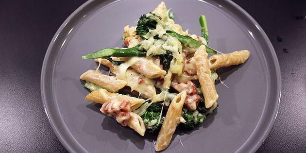 Pasta i ovn med bacon og broccoli