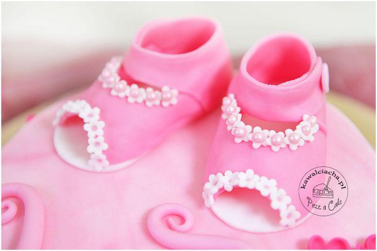 Cukrowe, dziecięce buciki - element tortu urodzinowego dla dziewczynki, więcej na www.pieceacake.pl