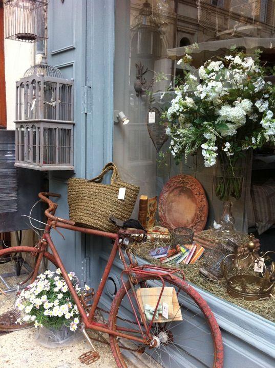 Vélo provençal en Provence printanière #vélo #panier #fleurs #printemps #provence #sud #france #saintremydeprovence