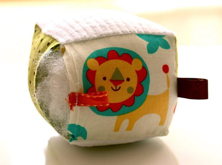 Cubo didáctico con tela reutilizada. Foto.