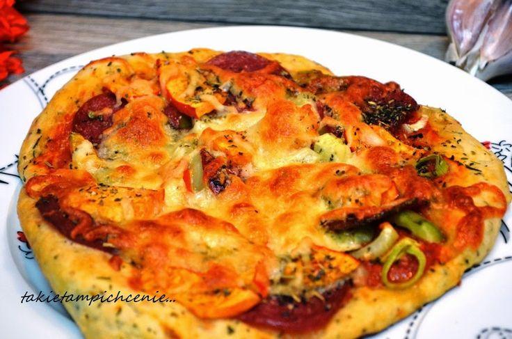 Smak, zapach, kolor, tradycja z nutką nowoczesności...: Pizza z dynią i salami - pizza na chrupiącym i cie...
