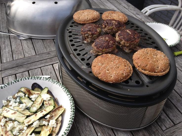 Homemade hamburgers op biologische roggebroodjes en salade van gegrilde groente. Een heerlijk recept voor op de Cobb BBQ!