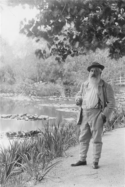 Monet près du bassin aux Nymphéas,  été 1905. Photographe: Jacques-Ernest Bulloz (1858-1942)