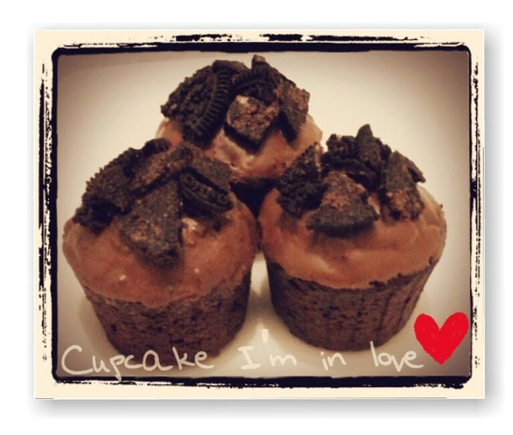 Chocolate mini cupcake with cream cheese fill in & oreo topping. (With minimum order)