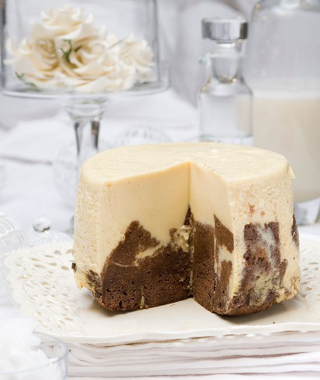 Βάση  300 γρ. κουβερτούρα 50%-55% κακάο, τεμαχισμένη 160 γρ. βούτυρο αγελάδας 4 αυγά 200 γρ. ζάχαρη 200 γρ. αλεύρι για όλες τις χρήσεις ξύσμα από 1 λεμόνι ξύσμα από 1 πορτοκάλι  Γέμιση  600 γρ. γάλα 150 γρ. κρέμα γάλακτος 35% λιπαρά 150 γρ. ζάχαρη 7 αυγά 1 κλωναράκι βανίλιας, κομμένο κατά μήκος στη μέση