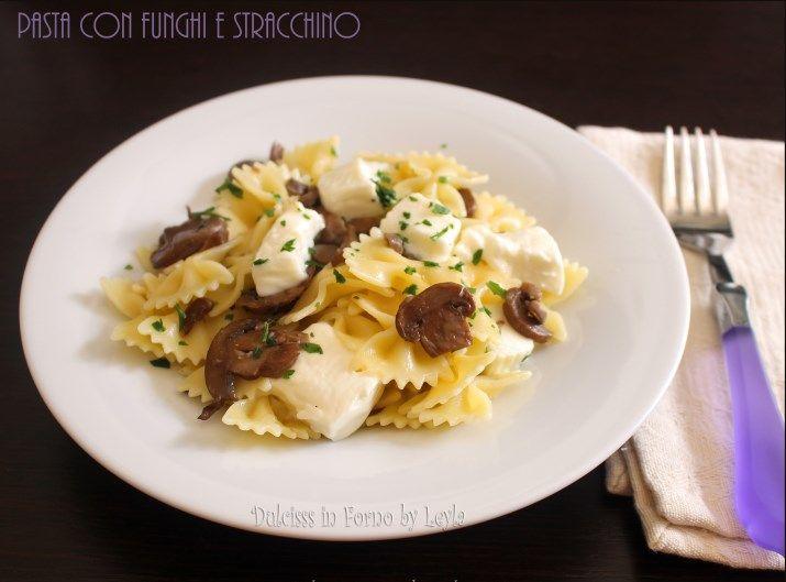 Pasta con funghi e stracchino: un delizioso primo piatto. Lo stracchino, sciogliendosi, forma dei fili sfiziosissimi e molto invitanti. Da provare.