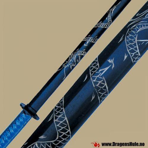 2 stk ekte øvelses-sverd (også kjent som Boken eller Daito) i hardtre, utformet som samuraisverd. Tradisjonelt knyttet stoff på håndtakene, samt kryssknapper i plast og tilhørende gummiringer som holder dem på plass. Ca 100cm lange. Svart, med utskåret dragemønster. Prisen er for et par. OBS! Dette er ikke leketøy for barn! Det gjør VONDT å bli slått med en slik! Husk at slik som med alle stokker av tre -gjentatte harde slag med eller mot et slikt treningssverd vil føre til at...
