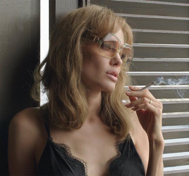 25 вещей героини Анджелины Джоли из фильма «Лазурный берег». Роскошные домашние наряды, шляпы и огромные очки загадочной Ванессы.  Анджелина Джоли продолжает осваивать новые творческие горизонты. В российский прокат вышла срежиссированная ею картина «Лазурный берег», где они вместе с мужем сыграли две главные роли. Свою героиню, ранимую и очень загадочную бывшую танцовщицу Ванессу, вместе с супругом, успешным писателем Роландом, сценарист Джоли намеренно помещает в середину 1970-х годов…