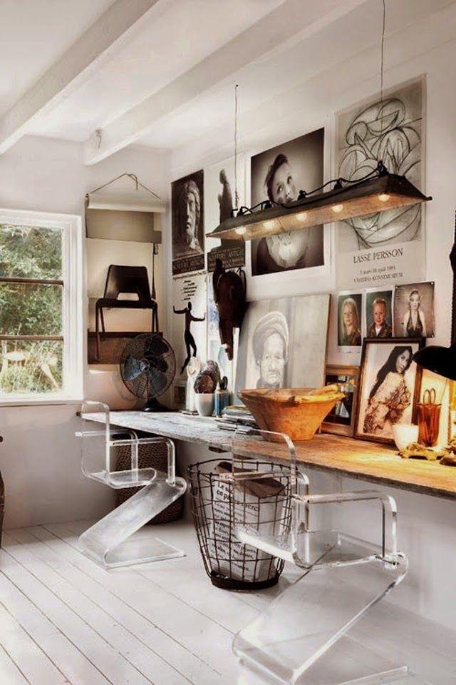 Eclectic Casa svedese sul file di stile    paio di sedie moderne lucite abbinate lavoro rustico