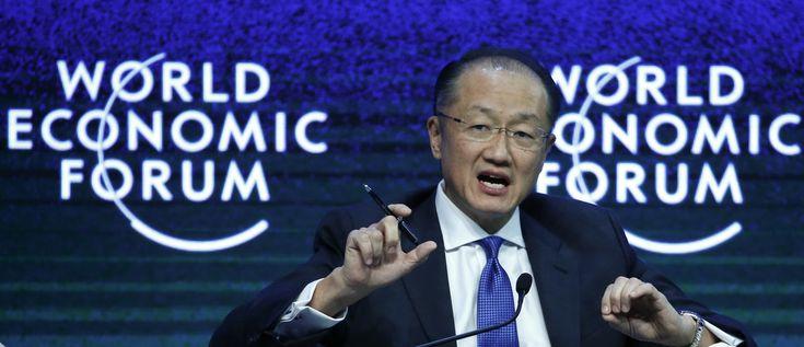 El presidente del Banco Mundial, Jim Yong Kim, disertó durante la sesión 'Abordar el clima, el desarrollo y el crecimiento' en la ciudad suiza de Davos el 23 de enero de 2015. Más de 1,500 líderes empresariales y 40 jefes de estado o gobierno asistirán a la reunión del 21-24 de enero del World Economic Forum (WEF) para establecer redes y discutir grandes temas, desde el precio del petróleo hasta el futuro de Internet.  Este año se están reuniendo en medio de una agitación, con las fuerzas de…