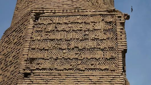 The Art of Minaret: Huge kufic inscription on the mid wall stucco of Chehel Dokhtaran minaret which was completed in 1112 AD during Seljuk period. Esfahan, April 2017