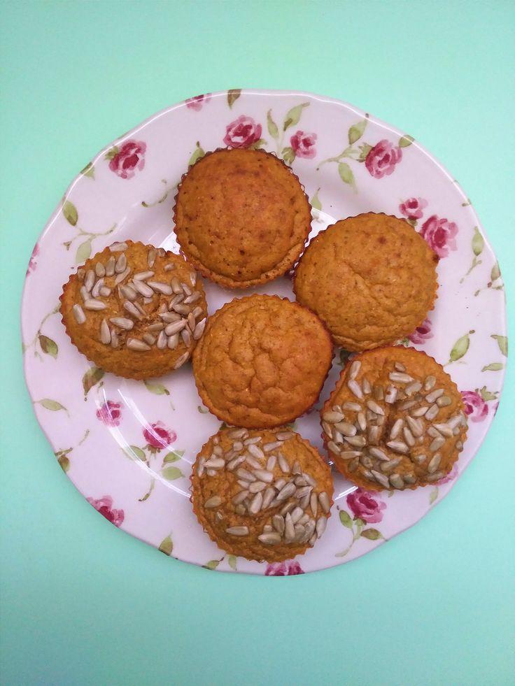 Lembram-se das panquecas de abóbora? Tinha já abóbora cozida para lhe dar o uso do costume: panquecas ou granola, mas porque não uns queques de abóbora?