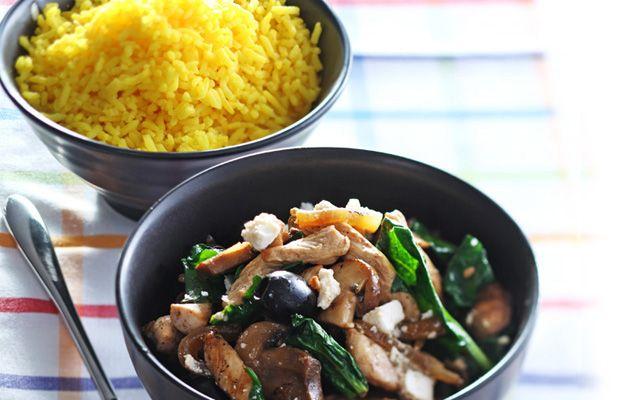 Heerlijk recept voor Kip met champignons. Ingrediënten: ui, kipfilet, kastanjechampignons, spinazie, feta en olijven. Gebruik Lassie voorgestoomde rijst.