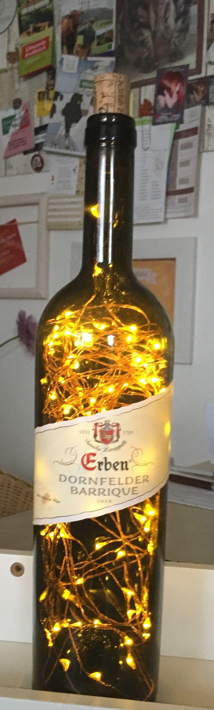 Schöne  Rotweinflasche 0,7 L  mal ganz anders - als LED Flaschenlampe!  Diese Beleuchtungsvariante ist einfach ein Eyecatcher! Filigrane LED-Ketten werden in Handarbeit in die Flaschen eingefügt, ein kleines, verschlossenes Loch auf der Rückseite der Flasche lässt das Kabel zum Batteriekästchen durch. Netzbetriebene LED Lichterkette mit 230V Anschluss und 100 LED-Birnchen.