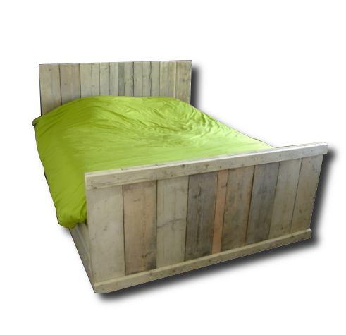 """Steigerhouten bed """"Parijs""""  Steigerhouten bed model """"Parijs is een 2 persoonsbed met de volgende ombouw :  De ombouw heeft een hoofdeinde van ca 90 cm hoog, het voeteinde is ca 50 ca hoog. De lange zijde van het bed is open aan de onderkant ca 20 cm . De hoogte van de ombouw lange zijde is ca  40 cm hoog.  Lifestylewoonwinkel kan ook de lattenbodems voor u regelen of het het steigerhouten bed een kleur en of behandeling meegeven."""