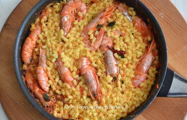Ένα νόστιμο νηστίσιμο πιάτο που ετοιμάζεται πολύ γρήγορα! Για το συνδυασμό ζυμαρικών με θαλασσινά, εγώ δεν έχω να πω πολλά πράγματα. Είναι από τους πιο αγαπημένους σε όλη τη Μεσόγειο και δίνει μερικά από τα πιο αγαπημένα πιάτα που σηκώνουν πολλές παραλλαγές και έχουν φανατικούς φίλους. Αυτό εδώ ετοιμάζεται γρήγορα …