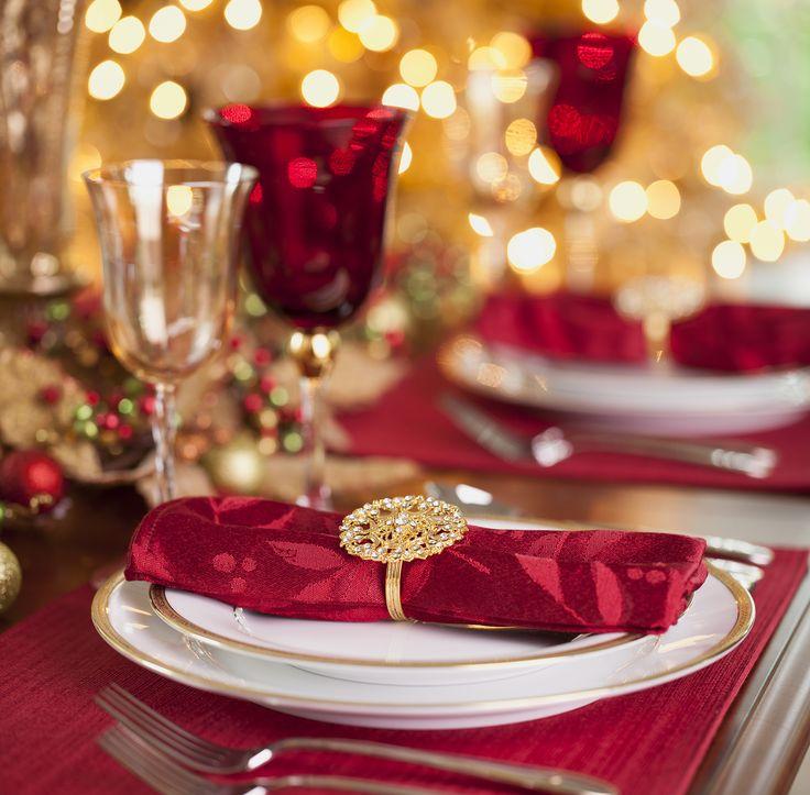 Apparecchia la tavola di Natale in stile barocco se ti piace un effetto ricco e luccicante. Usa il rosso come base per la tovaglia, alleggerisci con tovaglioli decorati in rosso e bianco o rosso operato lucido e opaco e completa con l'oro per posate, portatovaglioli, brocche dell'acqua e centrotavola (puoi colorare d'oro oggetti quotidiani, frutta e pigne per un trionfo barocco)  -cosmopolitan.it